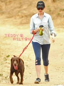 anne-hathaway-dog-walking-poop-bag__oPt