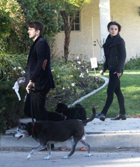 Ashton+Kutcher+Mila+Kunis+Take+Their+Dogs+aUt3D9N7nKpl